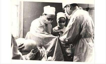 Создатель станции переливания крови, Георгий Бадьин во время операции
