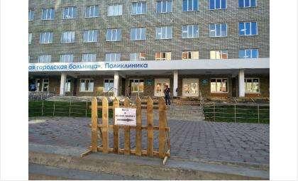 Вход в поликлинику теперь с другой стороны здания