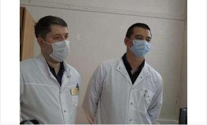 Начмед Рэм Волков (на фото справа) - стал и.о. главврача Бердска