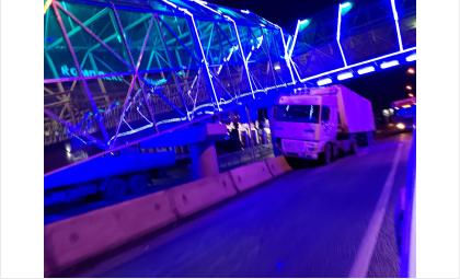 Фура врезалась в разделитель под сияющим синим цветом мостом у пос. Новый