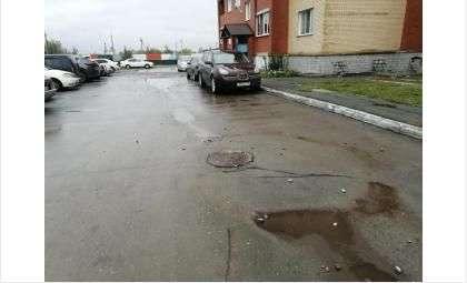 После ремонта теплотрассы растет провал у домов на ул. Авиаторов в Бердске