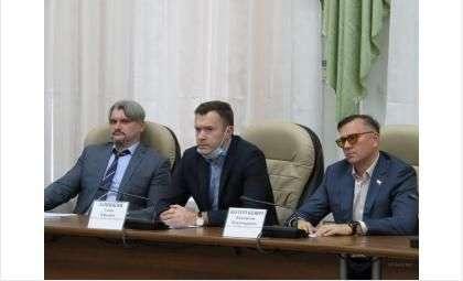 Семёён Лапицкий (на фото в центре) - новичок в горсовете Бердска