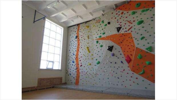Вспомните свои школьные спортзалы. Похожи ли они на этот?