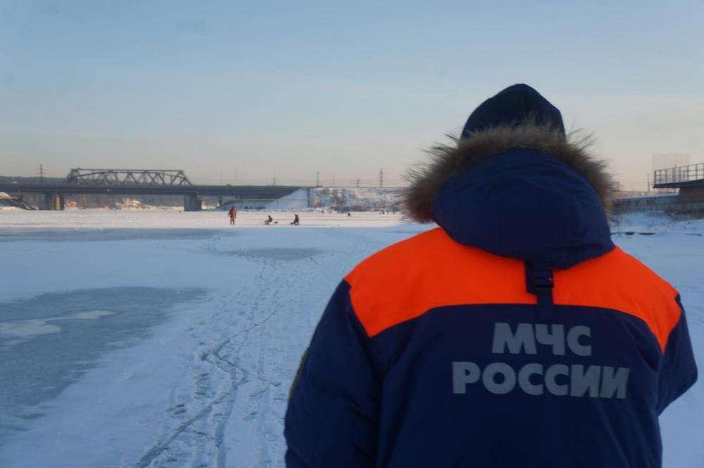 Тела провалившихся под лед наснегоходе мужчин отыскали cотрудники экстренных служб изБердска