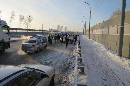 Труп женщины отыскали вавтомобиле наБугринском мосту вНовосибирске