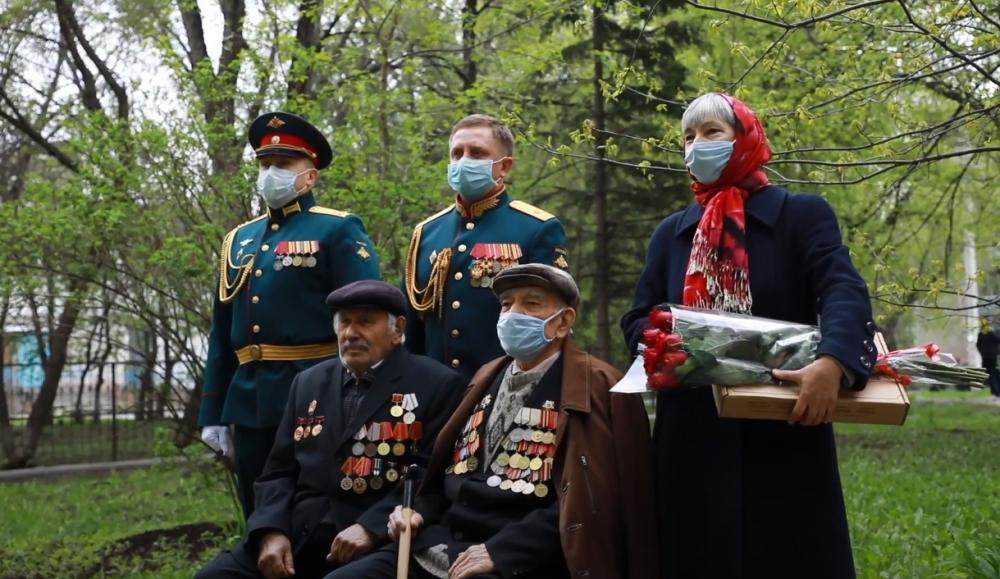 Командующий 41-й армией и военный оркестр поздравили фронтовика в Бердске с 75-летием Победы