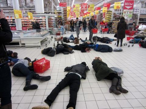 В супермаркете в Новосибирске 20 посетителей упали на пол «замертво»