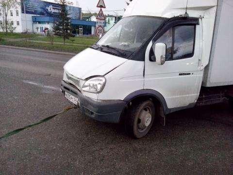 """После столкновения с двумя иномарками """"газель"""" в Бердске утаскивали на буксире"""