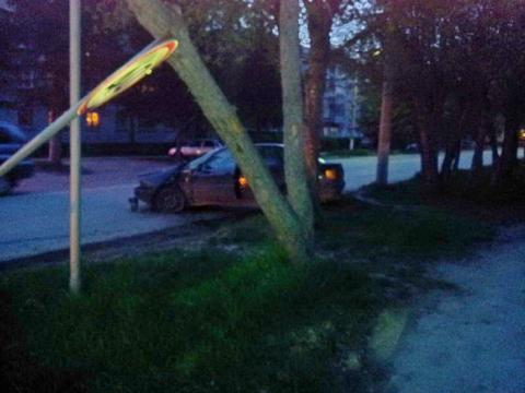 Автомобиль «Ауди» на ул. Свердлова в Бердске сбил дорожный знак