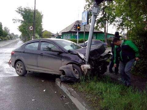 Одна машина повредила светофор, вторая улетела в кусты в момент ДТП в Бердске