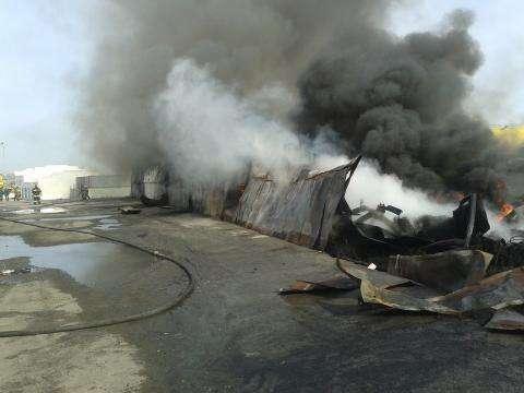 Склад автомобильных шин всю ночь горел в Бердске