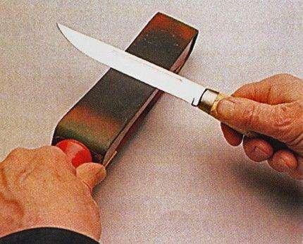То вздохнёт некстати, мол, что не наточены ножи...