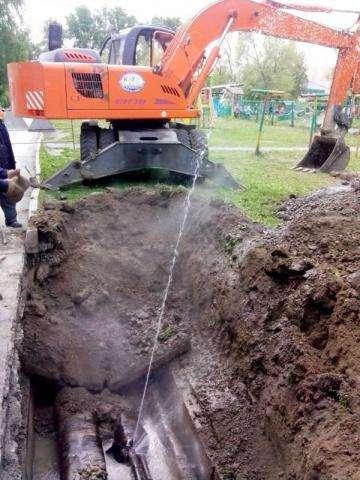 Образовался свищ на трубе горячего водоснабжения у дома №52 на ул. Вокзальная в Бердске