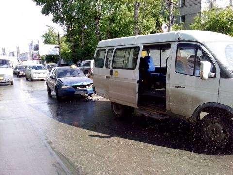 Такси и маршрутка столкнулись в центре Бердска
