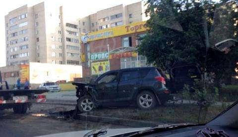 Лексус на огромной скорости врезался в стоявшую на парковке Тойоту