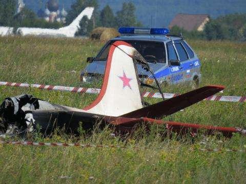 Самолет загорелся после удара о землю. В нем погибли двое