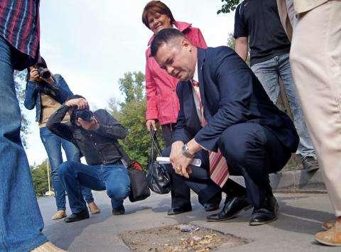В 2013 году директор управления ЖКХ Бердска Владимир Захаров приглашал общественников на приемку дорог после ремонта