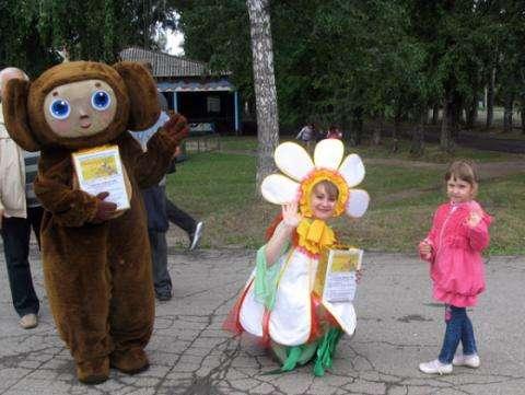 Ростовые куклы ходили по парку и собирали билеты для детей из приюта