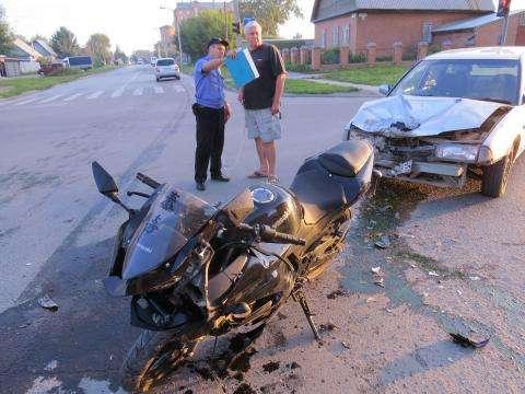 Отец молодого мотоциклиста помогал инспектору ДПС бердской ГИБДД Андрею Ганке производить замеры на месте аварии