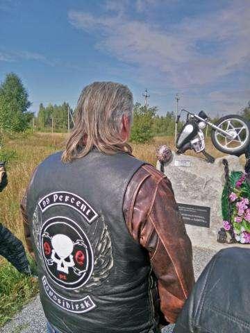 У памятника погибшим мотокциклистам