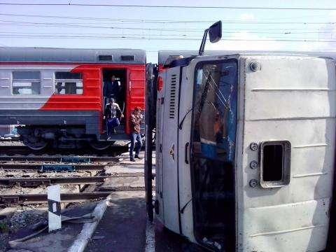 Электричка врезалась в КамАЗ в Бердске