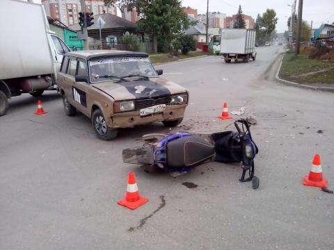 Водителя скутера и его пассажирку госпитализировали
