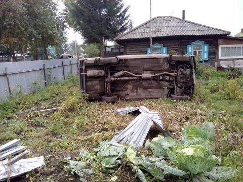 Пьяный влетел в огород частного дома в Бердске