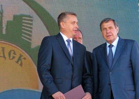 В День города Бердска врио губернатора НСО Владимир Городецкий (на фото справа) со сцены чествовал бердчан