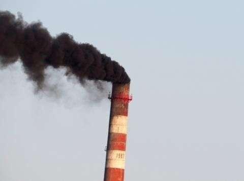 Из трубы котельной ТГК-1 валит густой черный дым