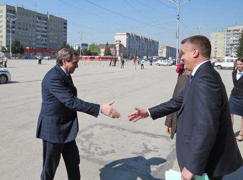 Владимир Городецкий (на фото слева) уже проводил выездное совещание правительства в Бердске 7 мая 2014 года