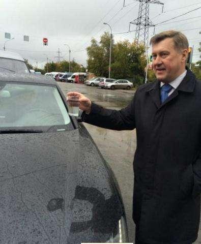 Мэр-коммунист Анатолий Локоть с граненым стаканом проверил качество дороги в Новосибирске