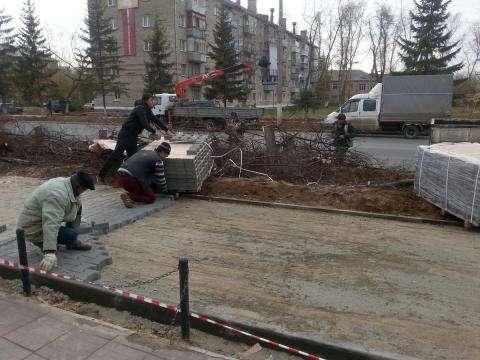 Строители доделывают пешеходные тротуары на ул. Ленина в Бердске