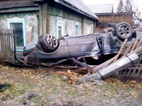 В перевернувшемся автомобиле, по уверениям хозяев пострадавшей усадьбы, была пьяная компания