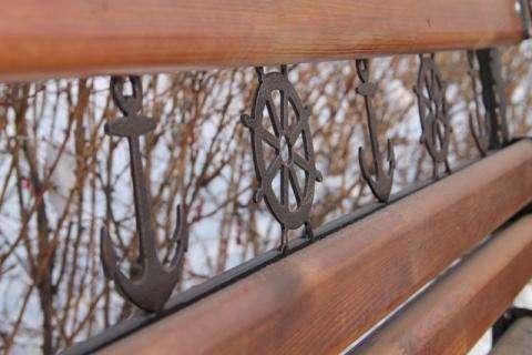 Новые скамейки выполнены в морском стиле