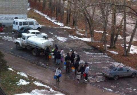 Оставшиеся без воды люди идут к водовозке