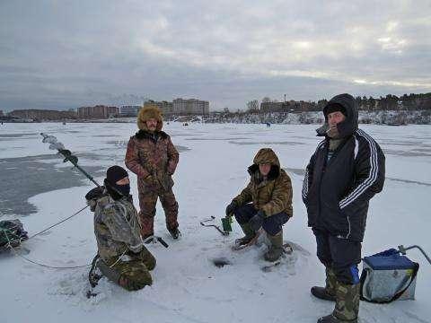 Бердские рыбаки не боятся тонкого льда