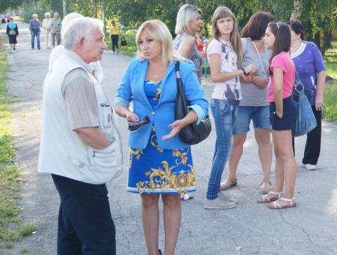 Оксана Маршева (на фото в центре) занимает должность директора муниципального ГЦКиД полтора года