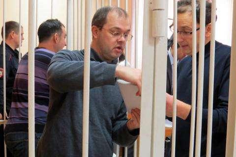 Илья Потапов (на фото в клетке) через адвоката Александра Иноядова передал журналистам свое заявление в адрес прокурора НСО