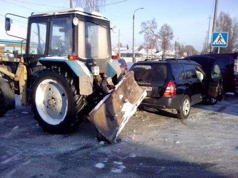 ДТП с участием трактора произошло на перекрестке