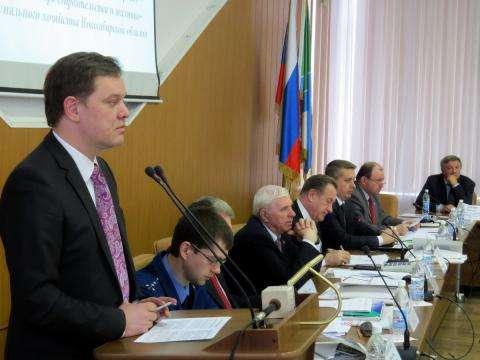 Министр ЖКХ и энергетики Денис Вершинин (на фото за трибуной), по мнению депутатов, проявляет излишнюю заинтересованность в передаче котельных Бердска в концессию