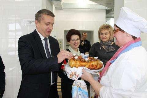 Хлебом-солью встречали в новом детсаду городское руководство