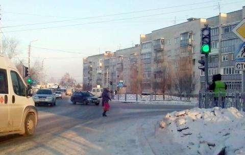 Пешеходы на красный свет переходят дорогу у нового светофора