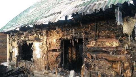 Дом сгорел. В нем погибли два ребенка и пострадали пять человек. Фото ©konkyrent.ru