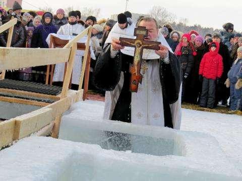 Крещенскую купель освятят служители РПЦ. Лишь потом можно начинать купание