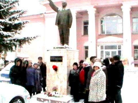 Члены КПРФ у памятника Ленину