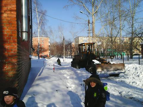 Дети бегали, едва не попадая под колеса трактора