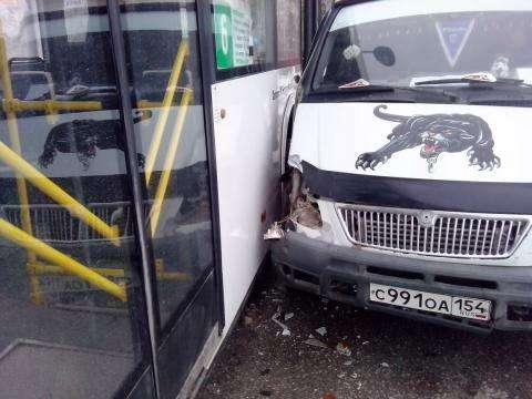 В автобусе в момент аварии находились две пенсионерки