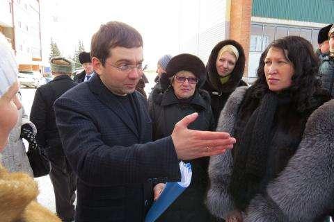 Андрей Чибис, замминистра строительства и ЖКХ России, больше часа слушал жителей Бердска, жаловавшихся ему на беспредел управляющих компаний