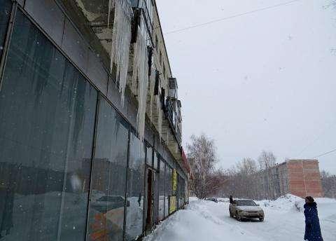 С некоторых козырьков сосульки в Бердске свисают почти до земли