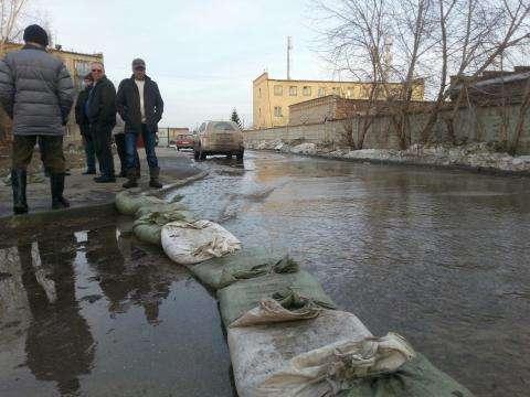Дамба из мешков с песком немного остановила поток воды на ул. Пионерской